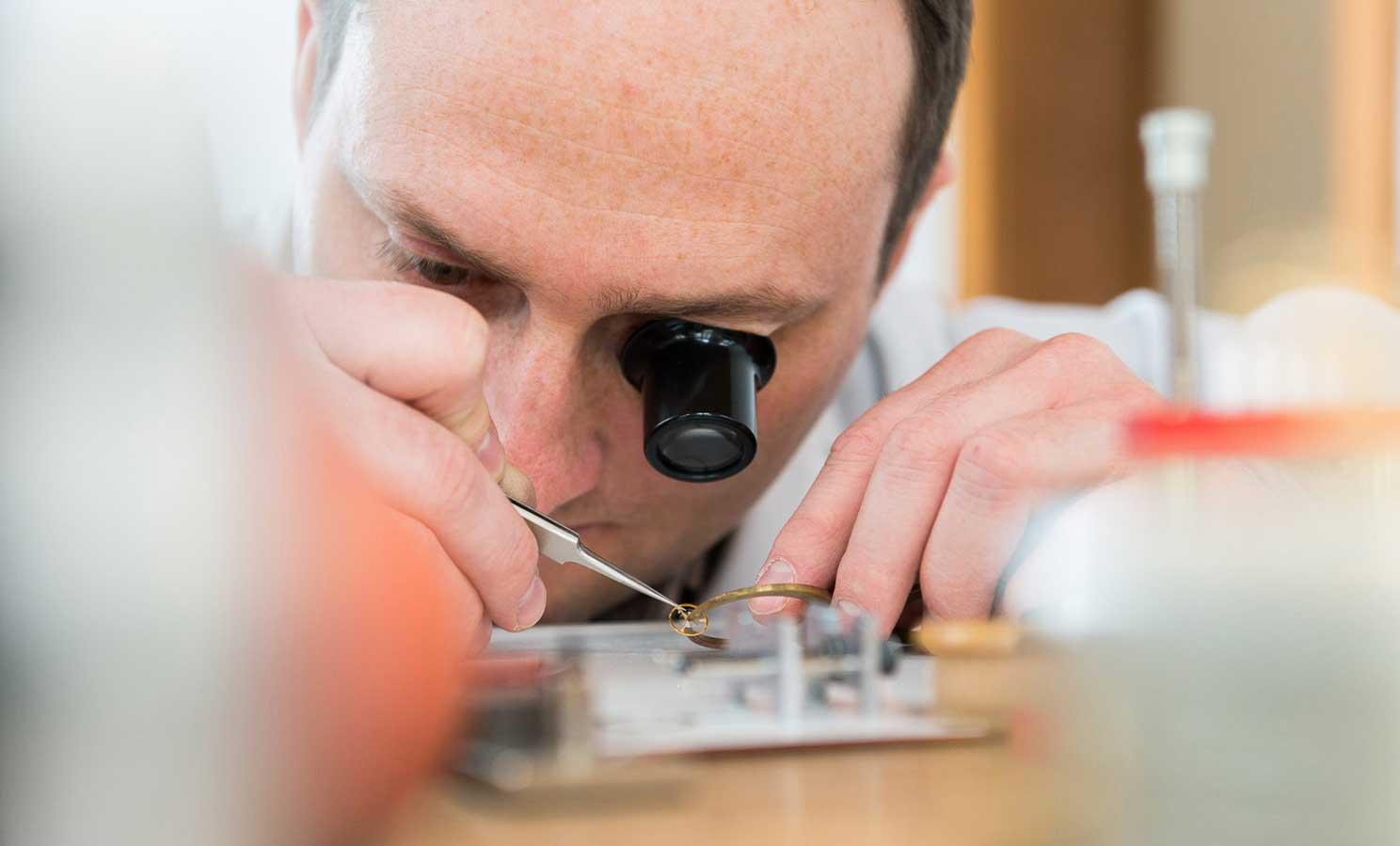 Daniel Malchert an seinem Arbeitsplatz beim Richten einer Spiralfeder