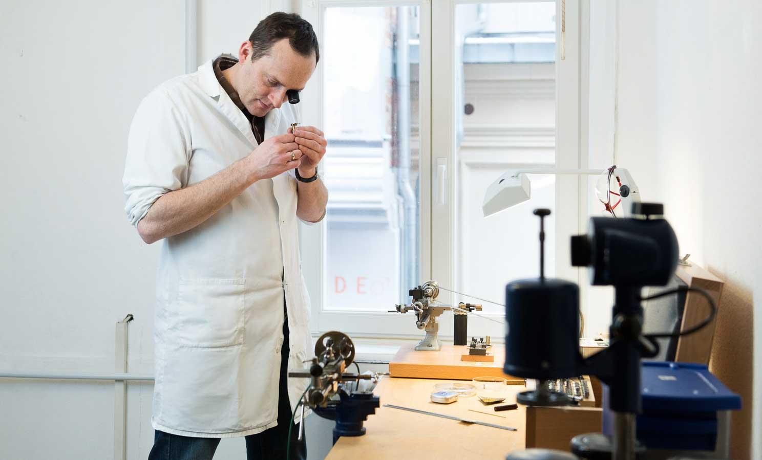 Daniel Malchert bei der Kontrolle in seiner Werkstatt