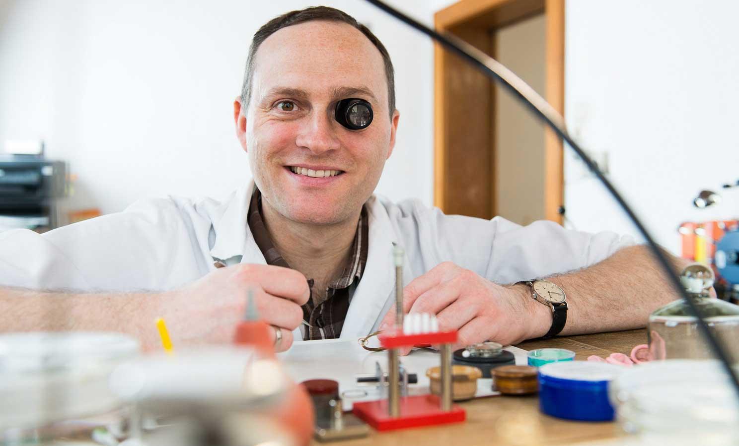 Daniel Malchert an seinem Uhrmachertisch